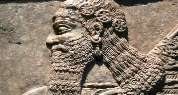 لكن ليس هذا فقط فعلماء الاثار يعرفون بان الرمز الذي يشبه الساعه ما هو الا رمز للالهة عشتار والتي ترتدي وردة دائرية في يديها وعلى شعرها في ميثيولوجيا الحضارية البابلية والاكدية