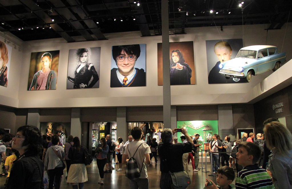 الفضول يقودنا للاعجاب بأمور غريبة.. في الصورة معرض لأشياء في فيلم هاري بوتر