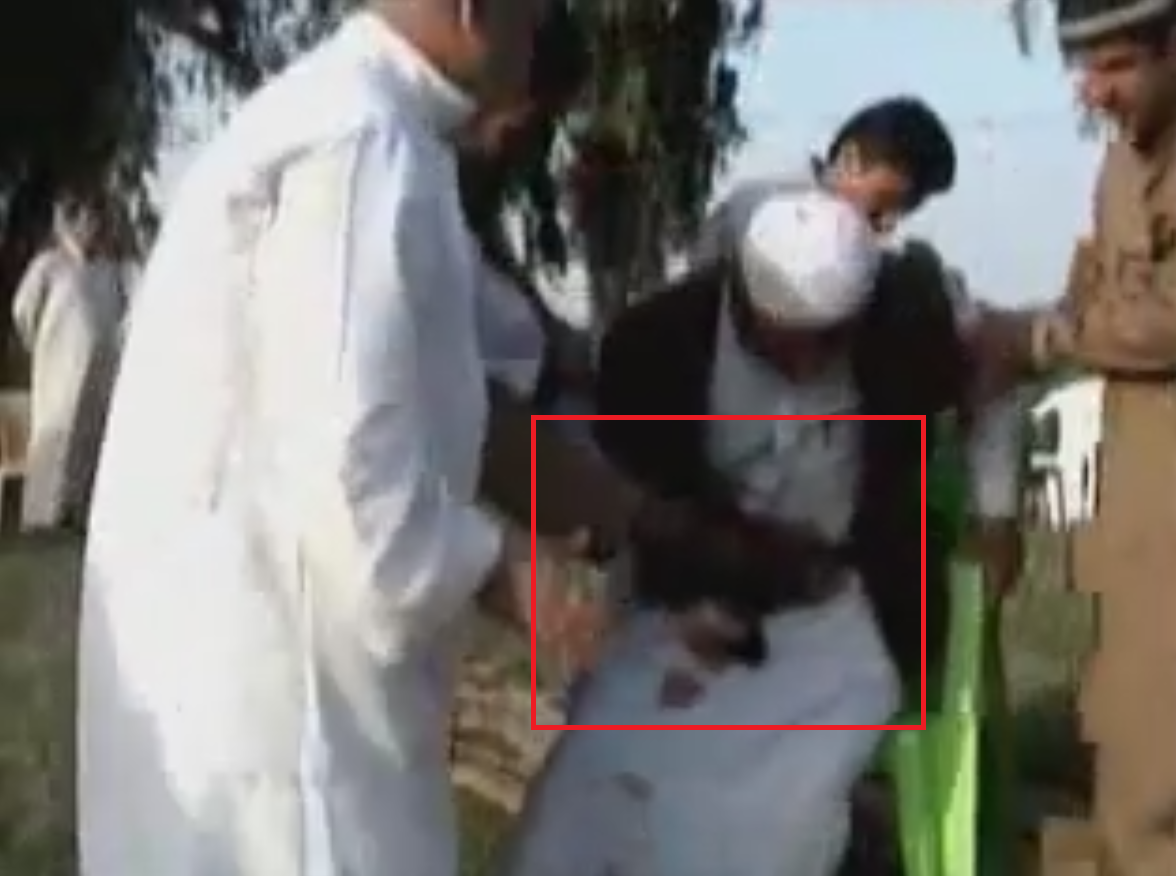 احد اعضاء الطرق الصوفية وهو يطلق النار على نفسه