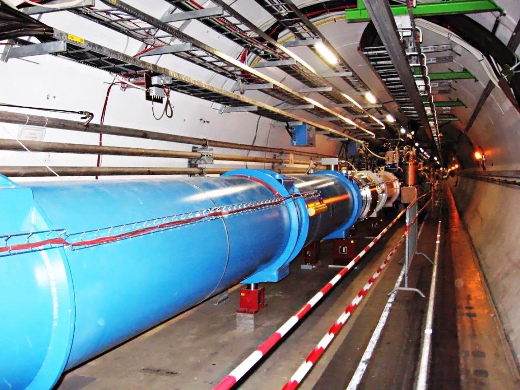 في داخل نفق مصادم الهادرونات