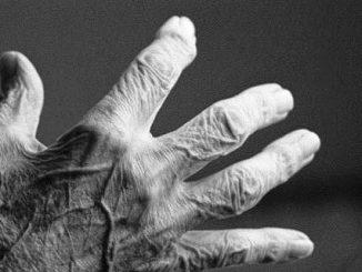 يد إنسان عجوز