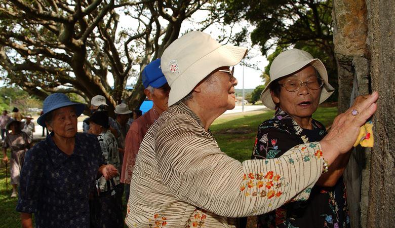 نساء كبيرات في السن في جزيرة اوكيناوا