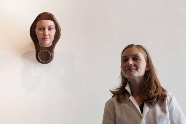 امرأة صنعت تماثيل لأشخاص لا تعرفهم من الحمض النووي العائد لهم والذي وجدته في الشارع