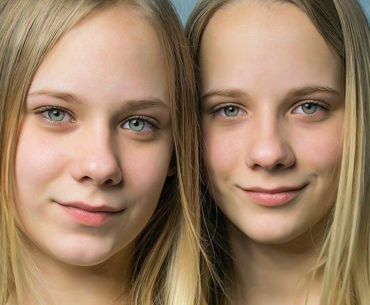 رغم تعدد الجينات المرتبطة بلون الشعر غير أن اللون الاسود والاحمر أسهل تمييزاً من الأشقر