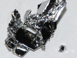 قطعة كرستال لعنصر الروثنيوم