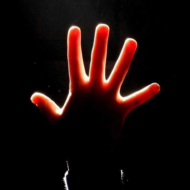 يد تشير للرقم خمسة