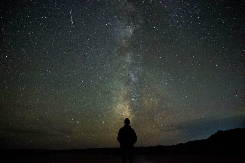 انسان ينظر الى السماء