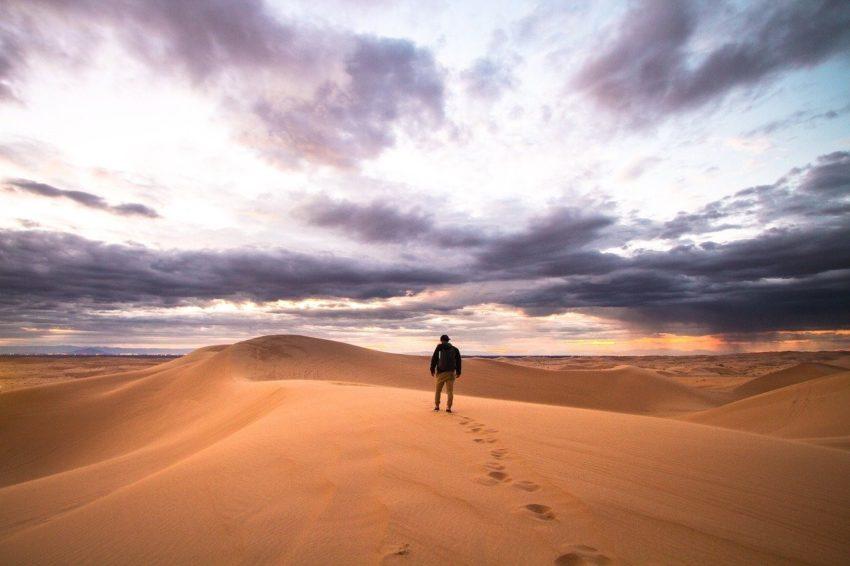 صحراء يمشي فيها شخص